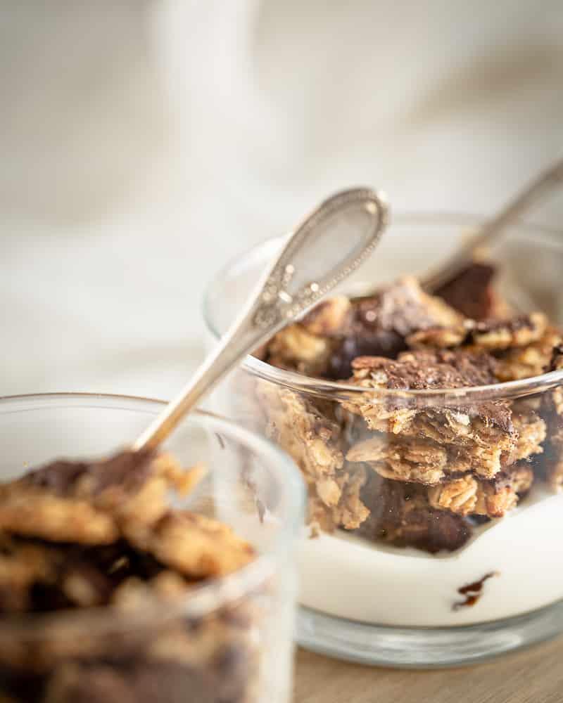 """lo que pasa Agradable satisfactorio que una gran pepita de granola (de lo contrario conocida como """"Chunk"""")? ¡Este granola """"Chunky"""" con chocolate vegano y sin gluten es un deber de tus tazones de la mañana! Encuentra el sabor reconfortante del plátano y el maní que se casan con el chocolate. Fue escrito ... o como un caso ahora es todo!""""chunk"""")? Ce """"chunky"""" granola au chocolat végane et sans gluten est un must have de vos bols du matin! On y retrouve le goût réconfortant de la banane et de la cacahuète qui se marient tellement bien avec le chocolat. C'était écrit…ou en tant cas maintenant ça l'est !"""
