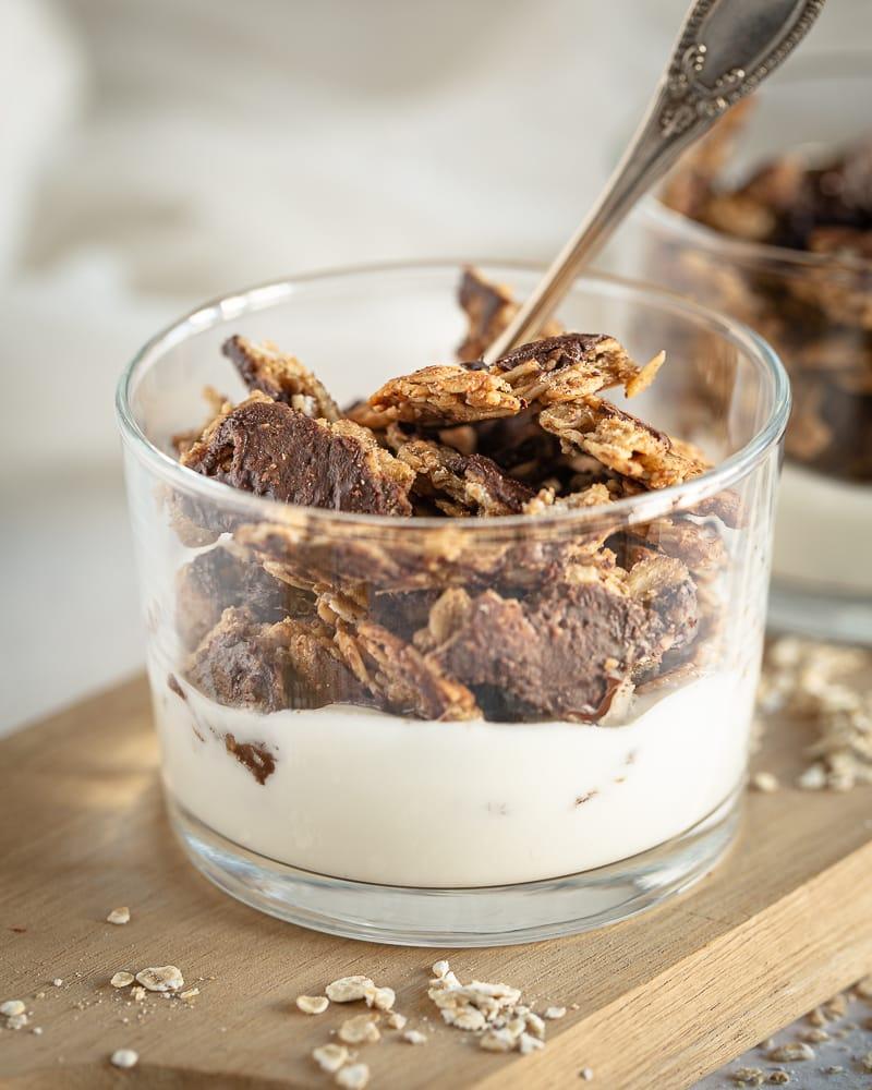 """Què és més satisfactori que un gran trencaclosques de granola (en cas contrari, conegut com a """"tros"""")? Aquesta granola """"gruixuda"""" amb xocolata vegana i gluten lliure és un ha de tenir de les teves bols al matí! Trobem el gust reconfortant de Plàtan i cacauet que es casen tan bé amb la xocolata. Va ser escrit ... o com a cas ara és!""""chunk"""")? Ce """"chunky"""" granola au chocolat végane et sans gluten est un must have de vos bols du matin! On y retrouve le goût réconfortant de la banane et de la cacahuète qui se marient tellement bien avec le chocolat. C'était écrit…ou en tant cas maintenant ça l'est !"""
