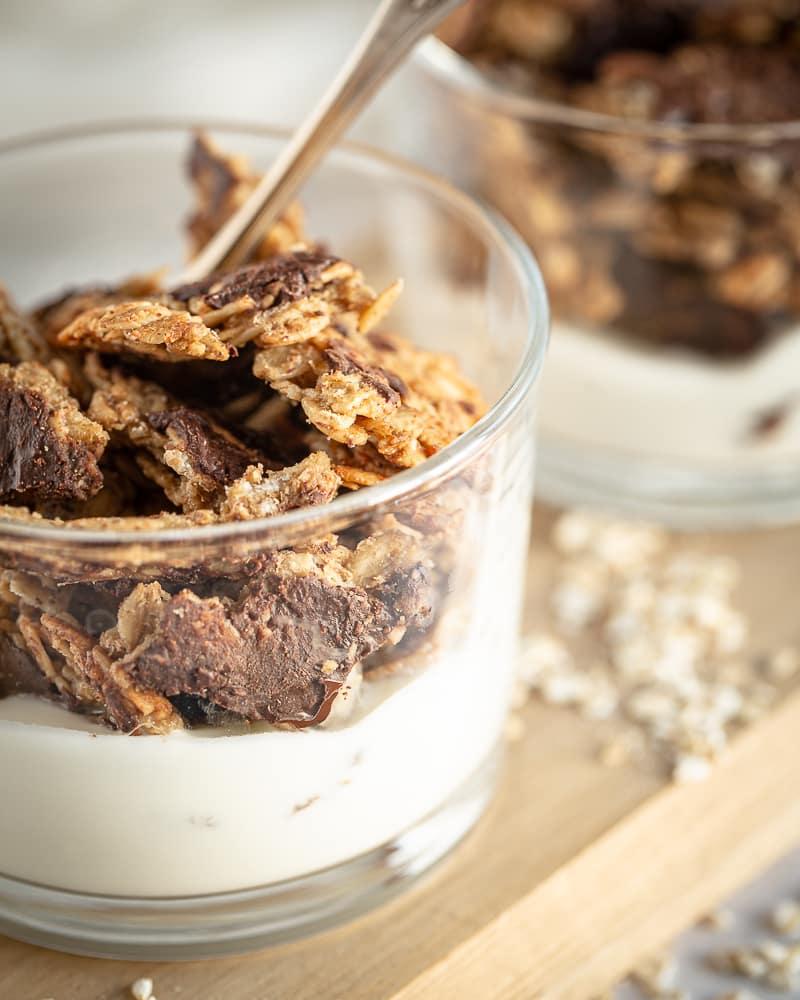 """¿Qué es más satisfactorio que un Gran pepita de granola (de lo contrario conocida como """"Chunk"""")? ¡Este granola """"Chunky"""" con chocolate vegano y sin gluten es un deber de tus tazones de la mañana! Encuentra el sabor reconfortante del plátano y el maní que se casan con el chocolate. Fue escrito ... ¡o como un caso ahora es todo!""""chunk"""")? Ce """"chunky"""" granola au chocolat végane et sans gluten est un must have de vos bols du matin! On y retrouve le goût réconfortant de la banane et de la cacahuète qui se marient tellement bien avec le chocolat. C'était écrit…ou en tant cas maintenant ça l'est !"""