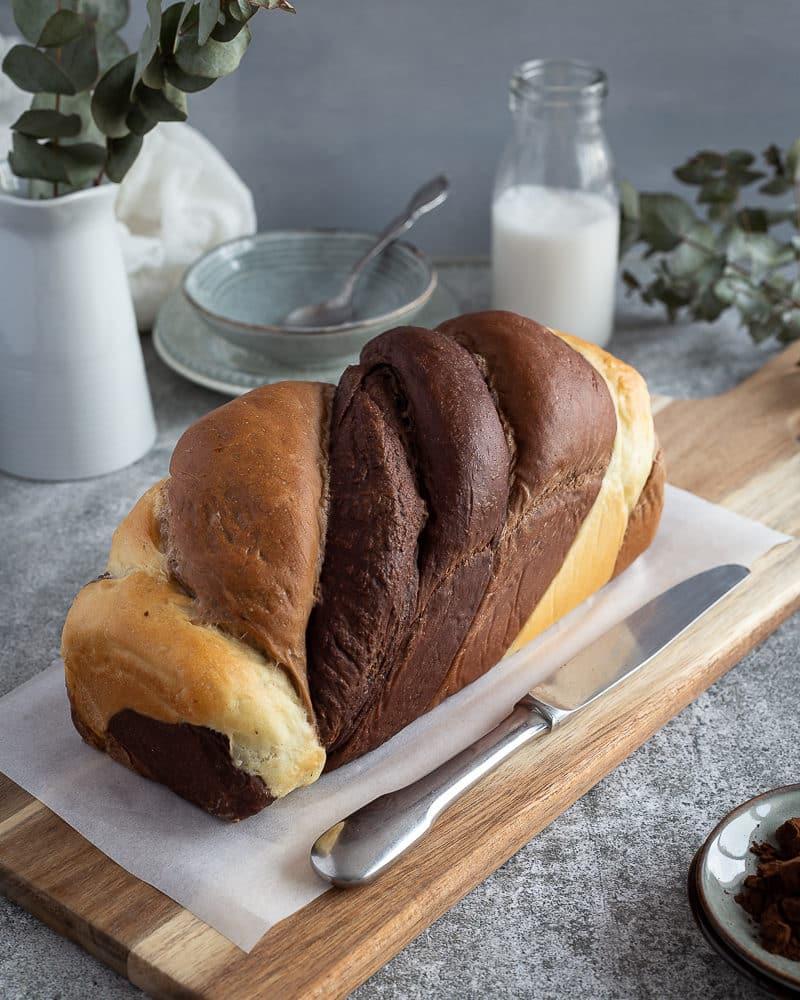 Une jolie brioche végane chocolatée tout en douceur, parfaite pour se la péter lors de vos brunch entre amis ou tout simplement rien que pour vous au petit déjeuner ou encore au goûter avec de la confiture ou de la pâte à tartiner !