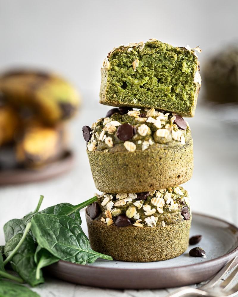 Après les green smoothie, voici l'heure des green muffins !!! Ils sont végane, healthy et carrément kids-friendly ! Laissez vous séduire par leur jolie couleur verte et leur texture ultra moelleuse. Faites manger des épinards à vos enfants sans même qu'ils s'en aperçoivent !