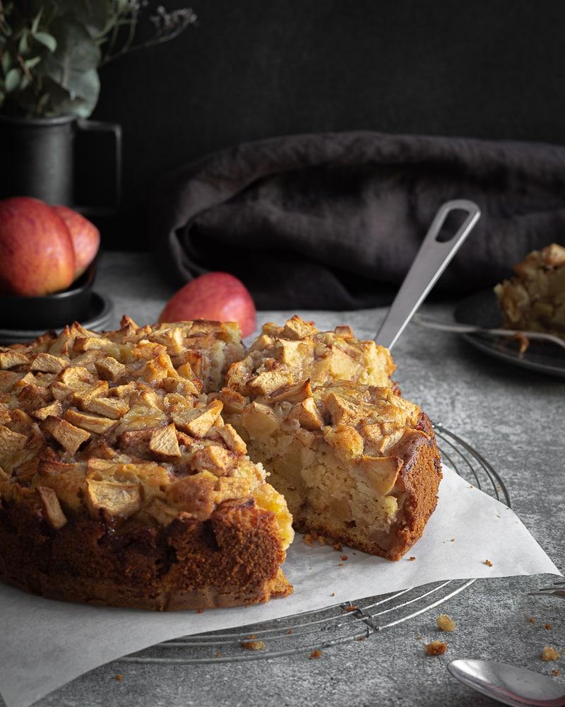Vous aimez les pommes, vous aimez les gâteaux gourmands moelleux et parfumés? Ok, ce gâteau est complètement pour vous! Composé à 50% de pommes, il met bien en valeur le fruit emblématique de l'automne, et pour les 50% restant, c'est uniquement du bonheur avec un gâteau super moelleux qui monte en gamme plus vous attendez pour le déguster… Aurez-vous cette patience?