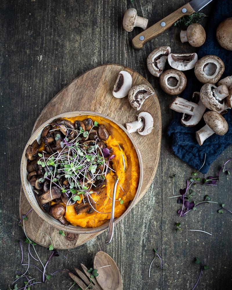Ma toute dernière trouvaille pour une repas délicieux et rapide : la purée de courge accompagnée de ses petits champignons à la sauce soja ! C'est vegan, sans gluten (si vous utilisez une sauce soja tamari) et c'est trop bon !!