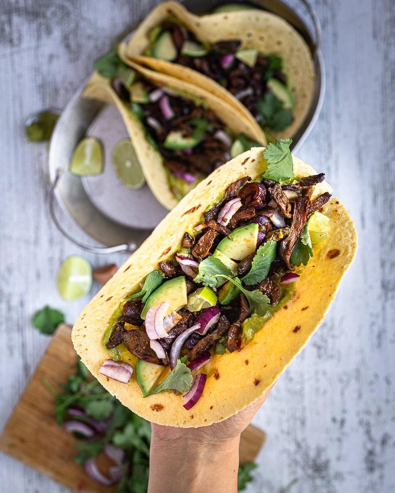 Des tacos végétariens, ça vous dit ? Et des tacos végétaliens ? Encore mieux non ? Découvrez ces tacos aux pleurotes grillées façon carnitas !