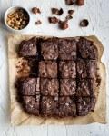 Une recette de brownies aux noisettes torréfiées et uniquement avec de la poudre de cacao ? Oui, tout à fait et c'est délicieusement chocolatement fondant et décadent :)