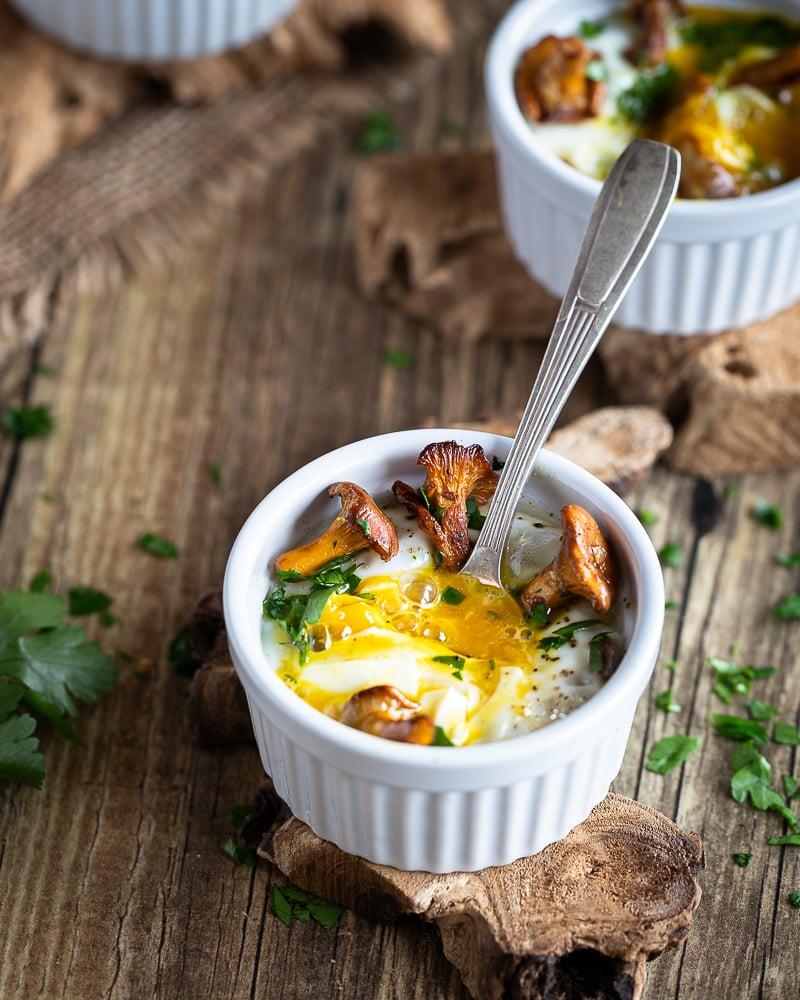 Attention : nouvelle passion ! Les oeufs cocottes aux girolles :) un délice super simple et rapide à cuisiner et tellement satisfaisant :)  La recette est végétarienne et sans gluten