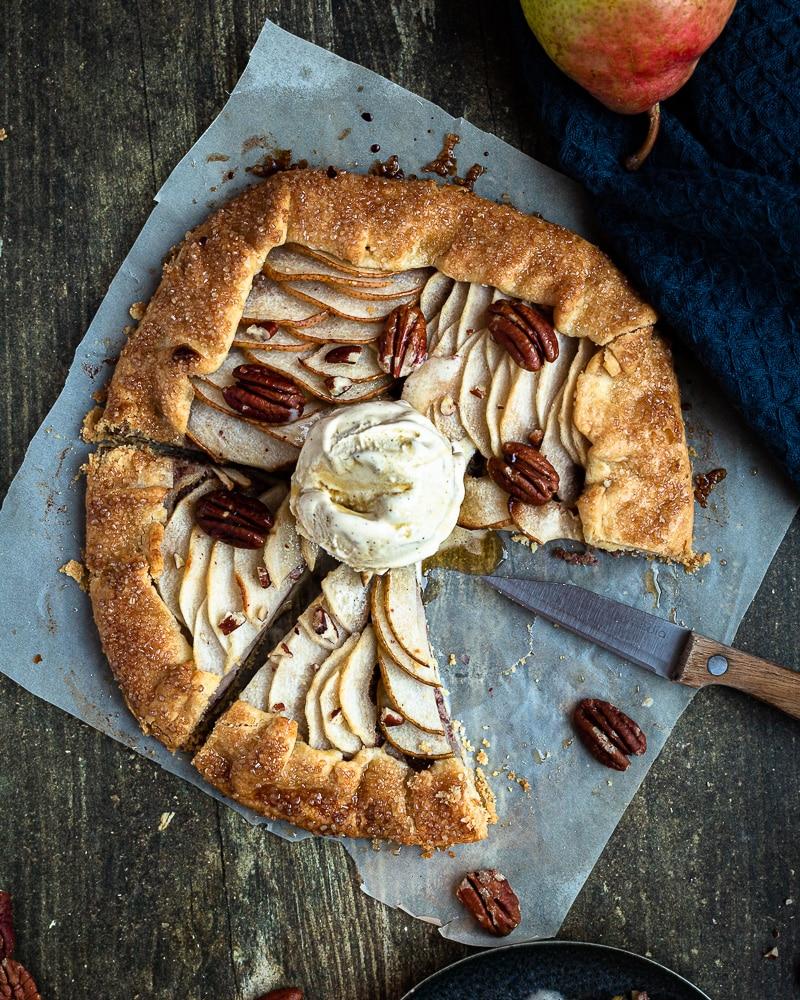 Un dessert super gourmand aux poires caramélisées au sirop d'érable associées au goût subtil des noix de pécan… A déguster encore tiède avec une boule de glace à la vanille pour encore plus de gourmandise.