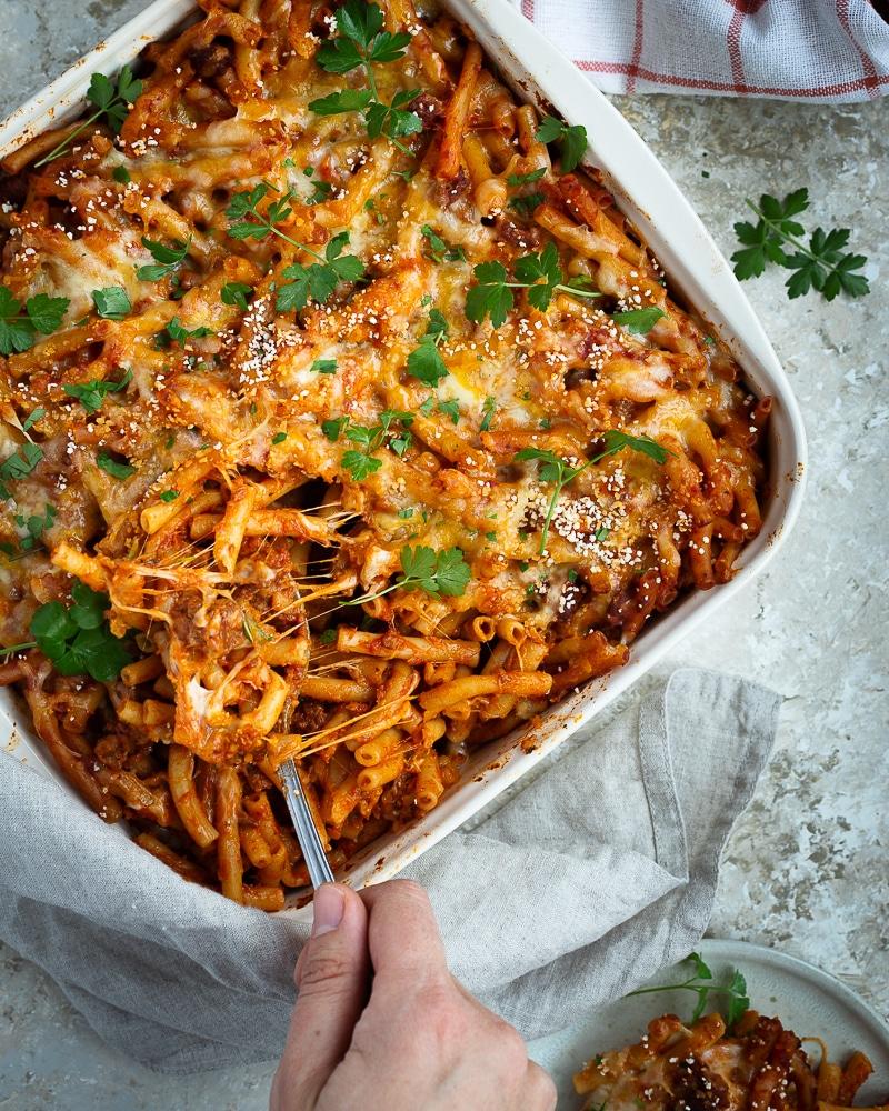 Envie d'un bon plat bien régressif et réconfortant ? Voici un gratin de macaronis à la sauce tomate et aux PST, recouvert de mozzarella fondante !