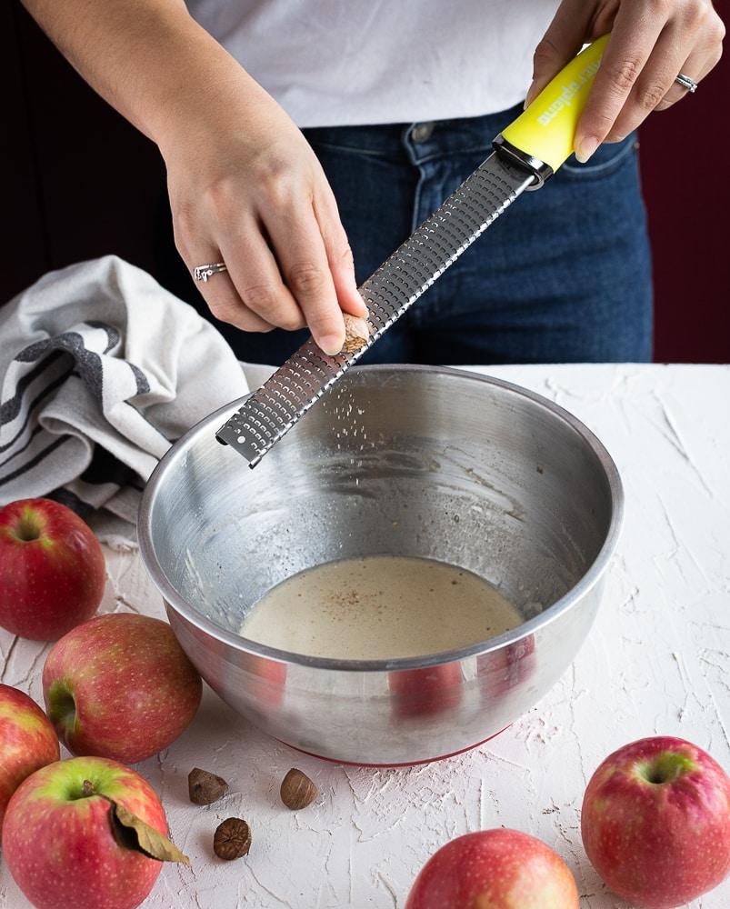 Un invisible aux pommes, à la cannelle et aux pointes de noix de muscade… Plus les tranches de pommes seront fines, plus votre gâteau sera fondant en bouche. Munissez-vous d'un bon couteau bien aiguisé ou alors d'une mandoline ;)