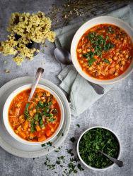 La saison des soupes bat son plein ! Et pour changer un peu, je vous propose cette soupe aux pois chiches et légumes d'hiver façon chorba, pleine de saveurs et complètement végé (vegan) !