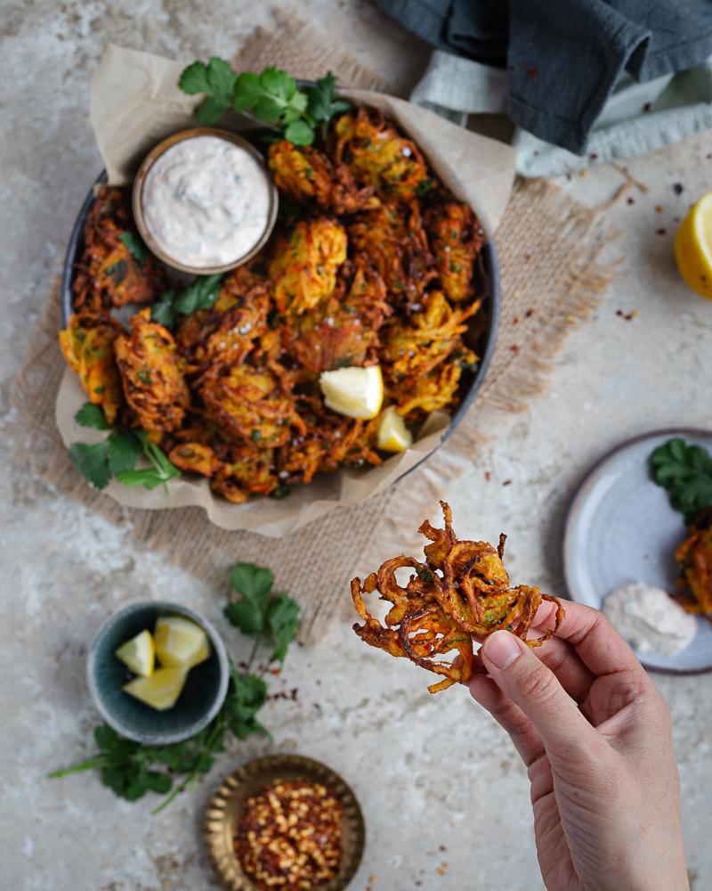 Olalala ! Comment vous parler de cette recette de beignets d'oignons et de carottes ? Déjà commençons par dire qu'ils sont délicieux ! Ensuite, qu'ils sont vegan, et sans gluten. Et finalement, qu'ils vous transporterons dans un monde d'épices et de croustillance !