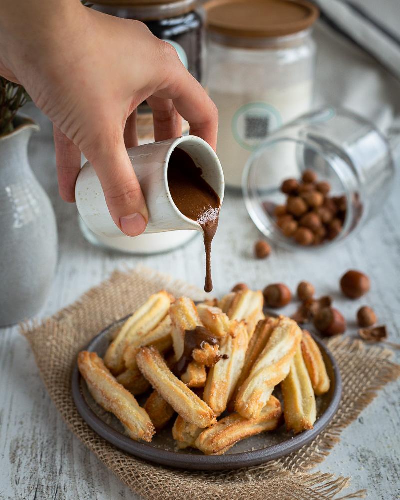 Des churros faciles et croustillants dans une version plus saine et végane ! Seulement 4 ingrédients dans cette recette de churros : farine, sucre, eau et sel !