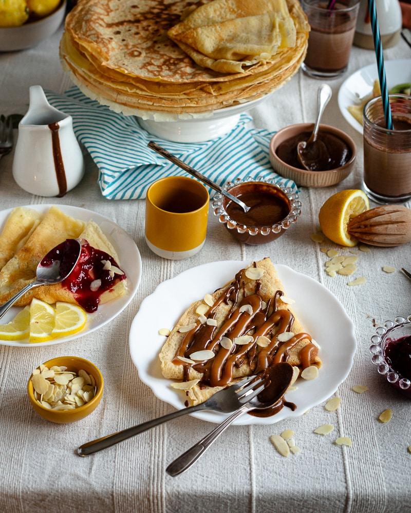 Des crêpes sucrées gourmandes légèrement vanillées à déguster avec un peu de sucre ou garnies avec de la pâte à tartiner, du caramel, de la confiture ou encore avec du sucre et du citron ! Faîtes vous plaisir, toutes les garnitures sont permises !