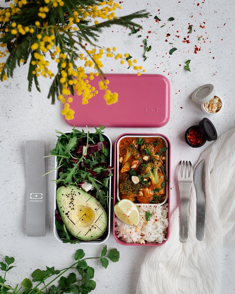 Voici une recette simple de curry massaman : ce fameux curry rouge thaï à la cacahuète ! Un plat facile à faire, végétalien et plein de saveurs !