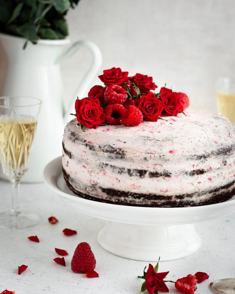 Un layer cake façon nude cake ultra gourmand et sexy ! Laissez-vous tenter par ces 4 couches de gâteau au chocolat moelleux nappées d'une chantilly au mascarpone et aux framboises.