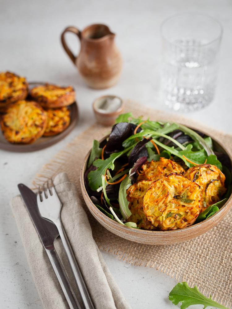 Vous cherchez une idée pour faire manger des légumes à vos marmots ? Ou juste une petite recette sympa de galettes de légumes ?  J'ai ce qu'il vous faut : ces petites galettes façon hashbrown au four sont super faciles à faire et tout simplement délicieuse !
