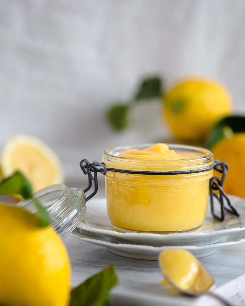 Merveilleusement crémeux, acidulé juste comme il faut, rapide et facile à faire : voici la définition de ce lemon curd maison. Prêt en 10 min, ce lemon curd composé de seulement 5 ingrédients sera parfait pour garnir des biscuits, des macarons, des gâteaux, des crêpes, des beignets… ou à déguster à la petite cuillère !