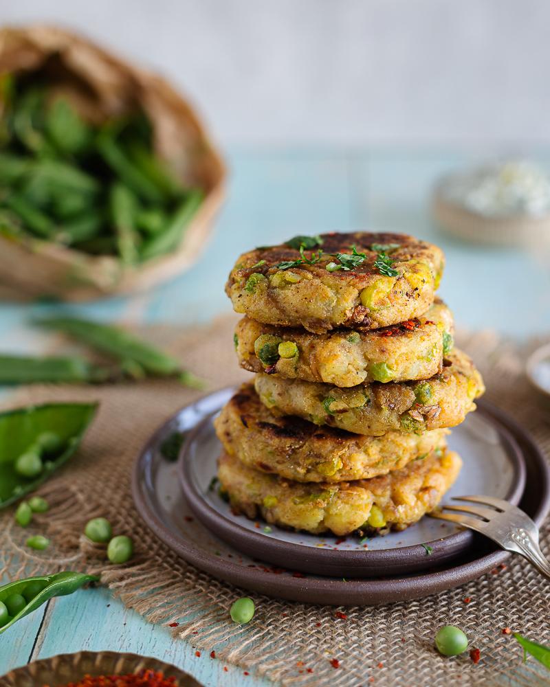 Voici une recette de galettes de pommes de terre et petits pois aux épices indiennes ! Un vrai délice vegan à faire à la maison !