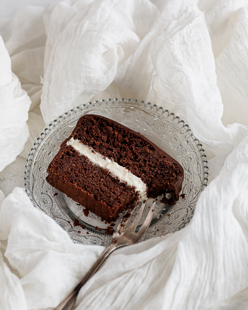 """Un gâteau au chocolat au bon goût de noisette sans gluten avec un cœur tout doux comme un petit nuage (dixit Nat), façon """"Kinder Délice"""", retour en enfance garanti !"""