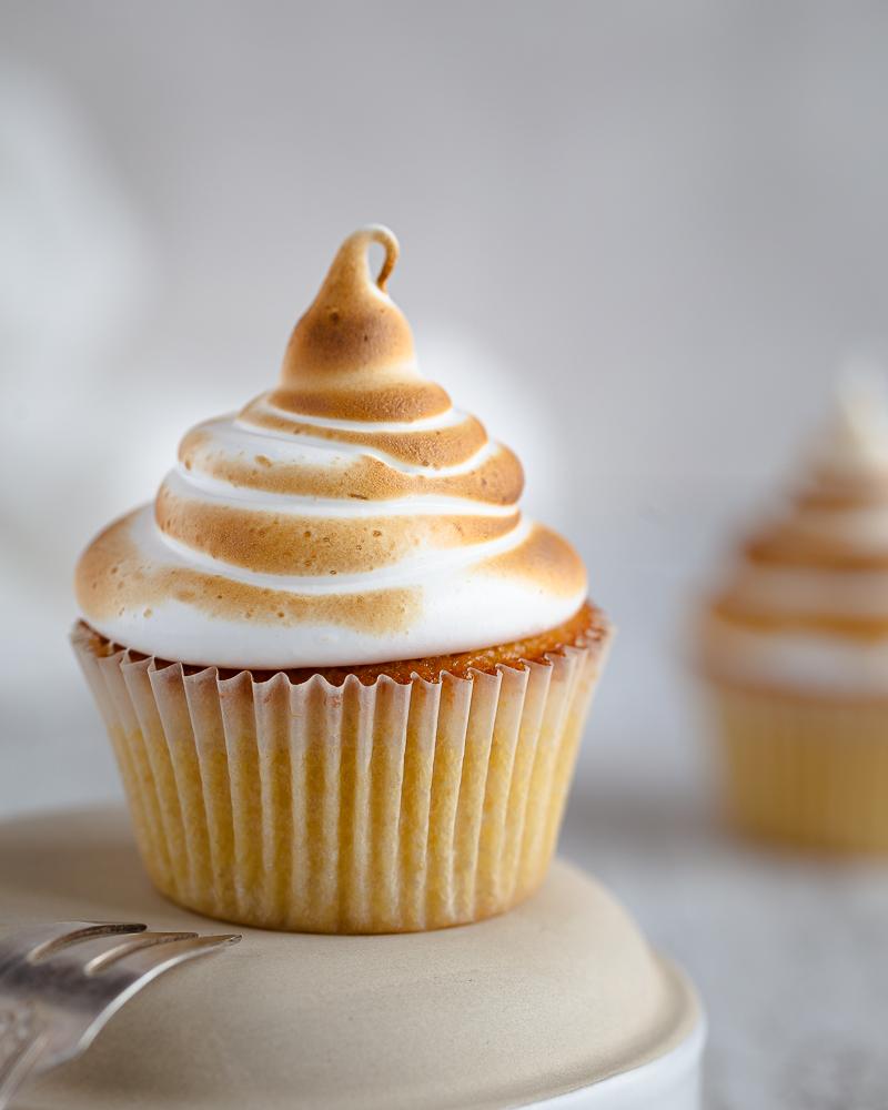 Vous êtes fan de citron meringué? Vous allez adorer la version cupcake : un cupcake à la vanille fourré au lemon curd onctueux et succulent, le tout recouvert d'un glaçage meringué . Une folie !