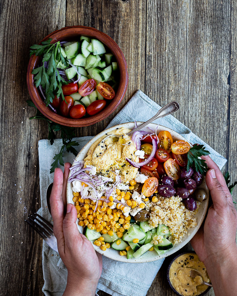 Vous connaissez ce concept de buddha bowl ? C'est une grande salade, dans laquelle on retrouve un équilibre parfait. Et surtout un apport de protéines végétales. Ici, le buddha bowl est construit autour des pois chiches. On les retrouve en houmous et dans le bol lui-même. J'ai ajouté des légumes estivaux, à la fois frais, croquants et goutus !