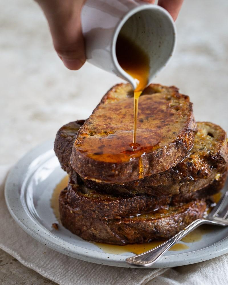 Recette antigachi par excellence, le pain perdu c'est la solution la plus gourmande pour déguster les restes de pain rassis. Avec seulement quelques ingrédients, préparez un petit déjeuner ou un brunch qui fera plaisir à toute la famille