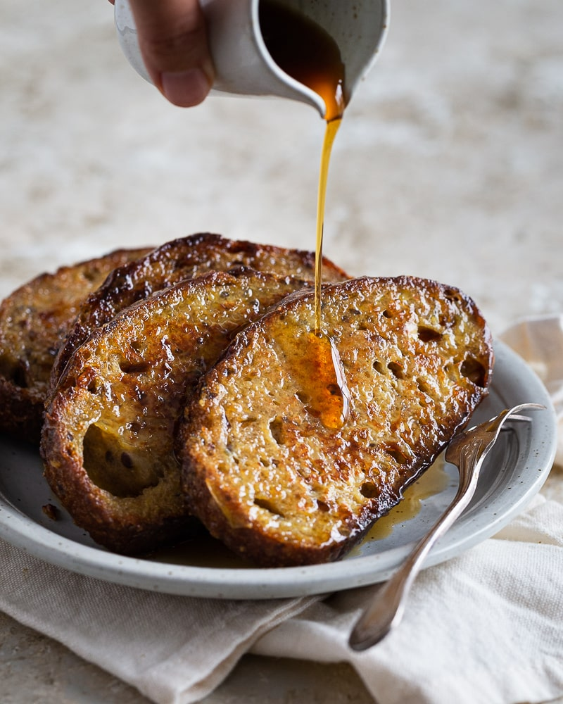 Recette antigachi par excellence, le pain perdu c'est la solution la plus gourmande pour déguster les restes de pain rassis. Avec seulement quelques ingrédients, préparez un petit déjeuner ou un brunch qui fera plaisir à toute la famille.