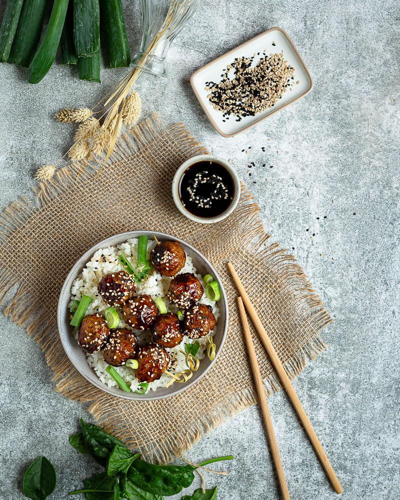 Les Brochettes de Boulettes aux Protéines de Soja Texturées. Vous connaissez ? C'est la version vegan des célèbres yakitori : les brochettes de boulettes de poulet. Et c'est un délice ! Venez découvrir la recette !