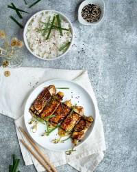 Vous connaissez forcément les brochettes japonaises appelées yakitoris ! Et notamment la version bien française : la brochette bœuf-fromage ! Et bien, voici la version végétarienne avec une fine tranche d'aubergine grillée à la sauce yakitori !