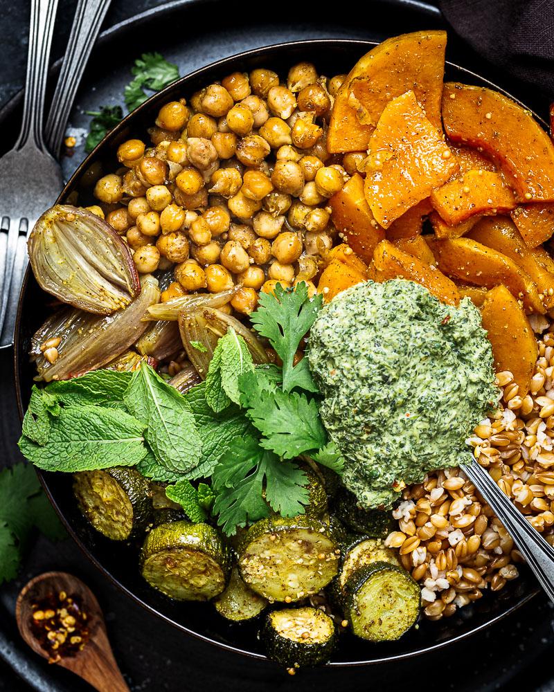 Hello ! Au menu du jour : Buddha Bowl de Légumes rôtis ! Avec le retour de l'automne, je trouve qu'on a de plus en plus envie de manger épicé. Vous ne trouvez pas ? Cette recette est végétarienne :)