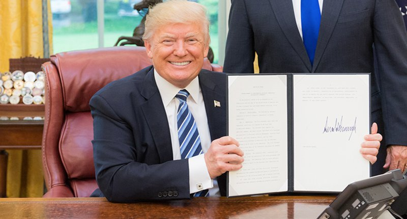 Donald Trump signs executive order (Photo: Wikipedia commons).