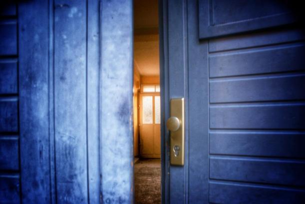 Auch dieses Bild stammt vom Sonnenberg. Was sich wohl hinter dieser blauen Tür verbirgt? Foto: Robert Poser