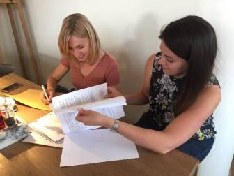 Evgenia Lopata (Leiterin von Meridian Czernovitz) und Maryna Galovska bei der Vorbereitung der diesjährigen Veranstaltungen.