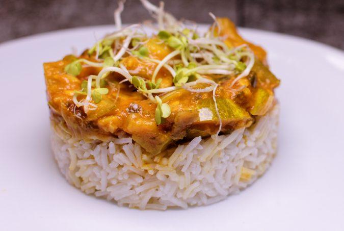 Schmorgurke Currygemüse im Wok zubereitet