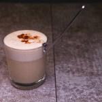 Surreal Cappuccino: Sellerieschaum auf Rindfleischbrühe