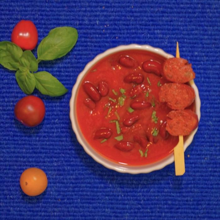 Tomatensuppe mitKidneybohnen, Chorizo-Spieß und Basilikum