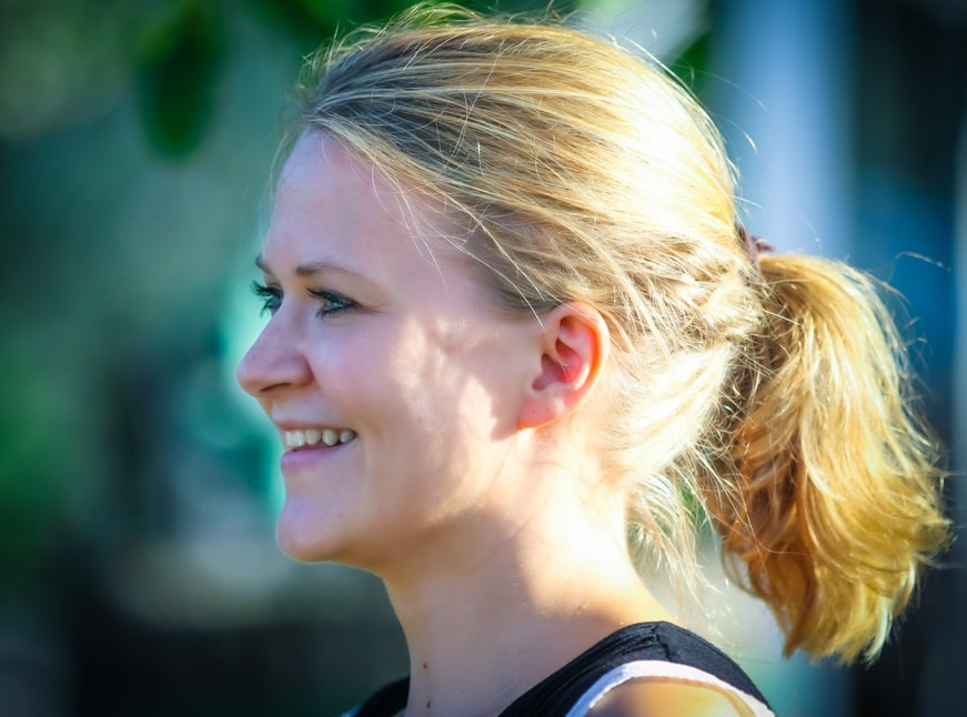 Das Foto zeigt die freie Traurednerin Ingrid Rupp bei einer freien Trauung im Sonnenschein