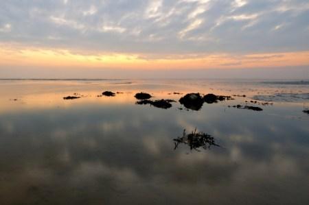 Weiches Wasser und Wolkenspiegel