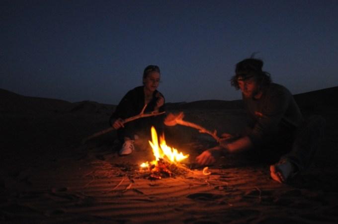 Am Lagerfeuer inmitten der Wüste