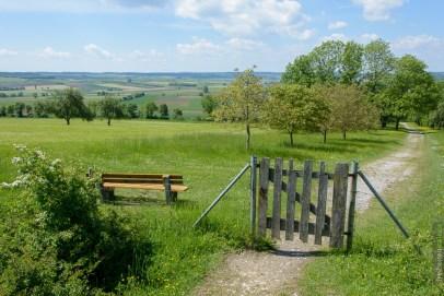 Kleine Bank und Gatter am Hesselberg