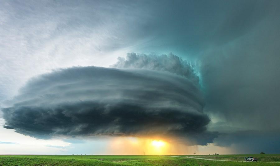 Eine Superzelle mit Sonnenuntergang in der Nähe von Howard, Kansas im Mai 2014