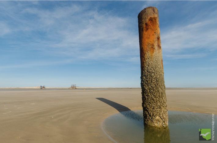 Altes Ölbohrloch am Strand