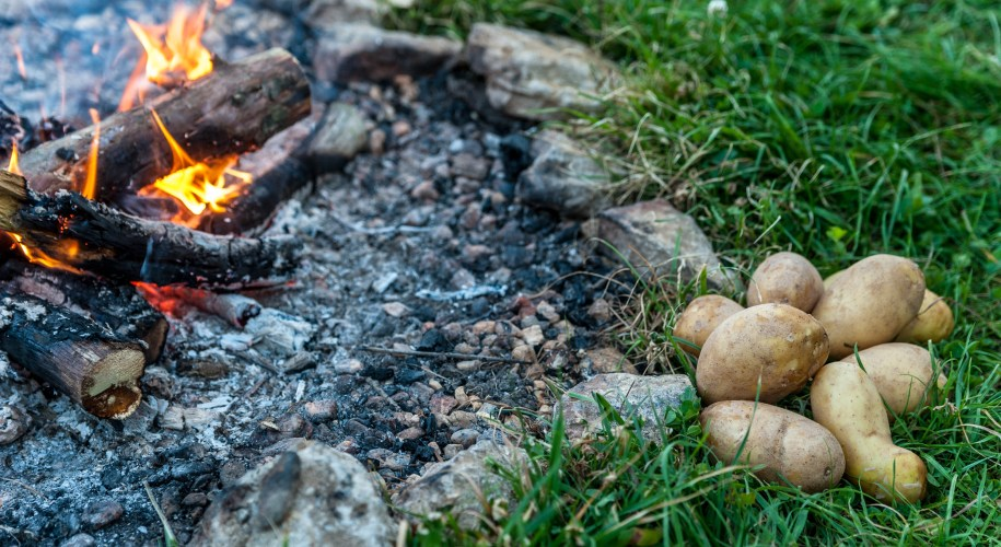 Lagerfeuer und Kartoffeln