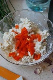 Aus Frischkäse, Schnittlauch, kleingeschnibbelter Paprika, Chilliflöckchen, Paprikapulver, Salz und Pfeffer basteln wir eine Füllung.