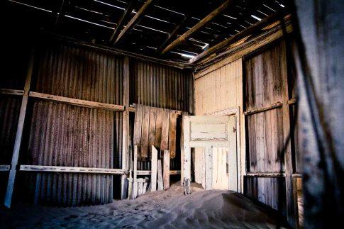 Sanddüne in einem zerstörten Haus in der Geisterstadt Kolmanskop