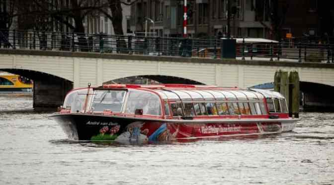 Efteling-Boot sticht in Amsterdam in See
