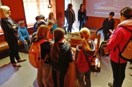 Besucher in der Infowerkstatt Schmieden - Foto: LWL-Freilichtmuseum Hagen