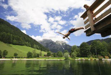 Im Sommer lockt der nahe gelegene Badesee die Gäste - Foto: Gut Wenghof