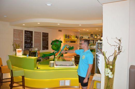 Fips und der Papagei sind auch an der Bar im Spa-Bereich anzutreffen - Foto: Elldus Resort