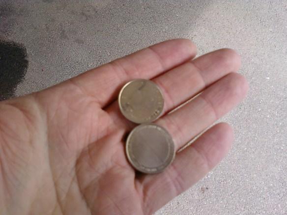 Två kronor i handen.